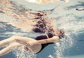 张歆艺挺着大孕肚每天坚持1100米游泳,张歆艺也是够拼的!