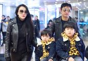 冉莹颖、邹市明一家现身机场:两个儿子身穿豹纹卫衣,呆萌可爱!