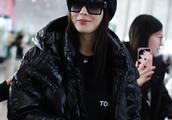 张天爱一身黑衣现身北京机场,靠一双鞋闪爆全场
