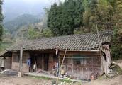 农民说,在村里房子越破混得越好,常年没人管越有本事,这是为啥