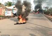 印青年奸杀5岁女孩引公愤遭暴打示众生命垂危,抗议活动放火堵路