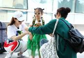李承铉夫妇晒视频为女儿lucky庆生,辣妈戚薇大长腿很抢镜