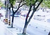 黄山一中年女子骑自行车闯红灯 被直行公交车撞飞数米远 当场身亡