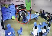 上海一早教中心疑现虐童  早教中心:两老师被开除 正调查详情