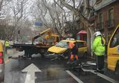 衡山路近东平路一出租车与公交车相撞 无人员伤亡