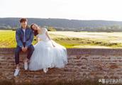 """阳晒出了和女友高斯的婚纱照,并配文:""""我给你阳光,你给我微笑"""