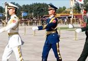 国旗卫士走在天安门广场上,昂首挺胸的军姿让人百看不厌!
