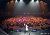 孙耀威晒自己演唱会大合照!沉寂15年的小天王,他成为最终赢家!