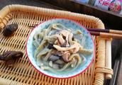 吃火锅上火了,农村姑娘教你做绿豆面条,蹲在门口就能吃两大碗
