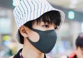 """王俊凯现身机场,一场偶遇引发粉丝不满,助理这般""""不负责任""""?"""
