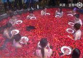 """温泉池内铺满红辣椒 女子泡""""辣椒温泉""""一分钟吃20个朝天椒!"""