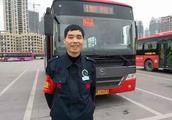 女子辱骂公交司机半小时:有本事往嘉陵江冲