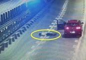 女子突然下车横卧在高速路上 还做更危险的事 原来都和男友有关