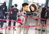奚梦瑶何猷君香港机场隔着口罩吻别,何猷君踮脚索吻的样子超可爱