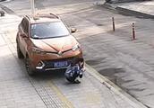 杭州女子玩手机被卷入车底,千钧一发之际,这群人,太震撼了!
