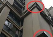 2岁女童18楼坠落奇迹生还:地面塑料泡沫起到缓冲