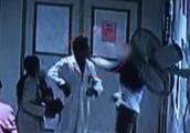 医生为女患者检查 却遭男子扇脸暴打 女患者:他要脱我裤子!