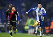 武磊在西班牙人俱乐部仍背国足背包,球迷:全村的希望