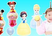 苏菲娅从米妮糖果机里转出白雪公主和灰姑娘惊喜蛋的玩具故事