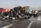 半挂车服务区突发自燃1300台空调烧毁大半