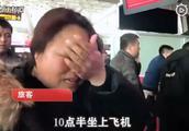 航班延误艺考妈妈机场崩溃大哭,网友:艺考生的苦你不懂!