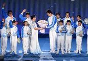 罗雪娟与孙杨亮相短池世锦赛开幕式!大白杨献花敬前辈!