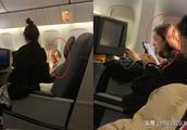 网友坐飞机偶遇杨幂,大方露脸,但一个细节惹人心疼