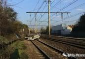 法国汽车翻滚进RER轨道,致交通临时受阻