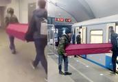 俄罗斯2男子抬红色棺材乘地铁 地铁方:付过钱,没违规