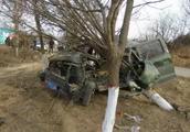 永济市开张镇一辆面包车撞到路边树上 驾驶员当场死亡