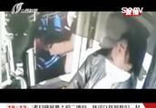 冒用老年卡坐公交,被识破还撒泼打骂司机,差点出大事!