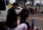 宜宾敬业路与五粮液路交叉口一车主开车抢黄灯,把过马路的10岁女童撞飞,当场死亡!