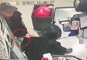 惊险!广西一男子持刀抢劫超市 众人被吓惊慌失措