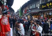 都说重庆千年磁器口古镇人多,13幅张照片让你看到底有多拥挤