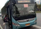 女子趴公交驾驶室旁玩游戏挡后视镜,被乘客怒掌掴!
