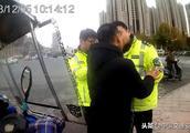 男子骑车违法后随行女子暴力抗法,被行政拘留十日