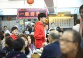 易烊千玺在香港被多人偶遇:他粉丝很多很多,但好有礼貌!