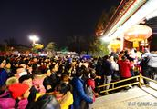 北京:圆明园皇家灯会人流爆棚,游客:这是看灯还是看人呢