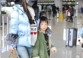 """霍思燕与""""嗯哼""""现身机场,天气冷了还都穿乞丐裤?嗯哼不冻腿吗"""