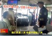 女子抱狗上车遭拒,竟还耍无赖,警察:我们热爱人民,但不娇纵