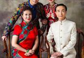 61岁巩汉林全家拍写真,儿子儿媳罕见出镜,老婆金珠貌美年轻
