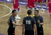 中国篮坛发生罢赛事件  裁判争议吹罚引发教练不满!