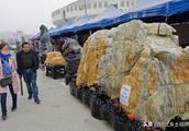 """淮北奇石展现众多""""天价奇石"""" 一块""""绿水青山石""""开价8888万元"""