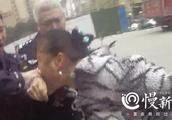 冲动是魔鬼!重庆一女子与保安起争执,堵警车抓扯撕咬民警被刑拘