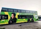 国安球迷借助公交车车体庆贺9年第一冠 恒大鲁能球迷该加油了