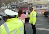 奥迪墨镜姐违章后辱骂推搡四辅警 被拘留10日