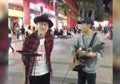 超赚好吗!街头唱歌都能碰上林俊杰,没事就得去街头唱歌!