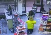 汉中:两女子驾奔驰加油站剐蹭 起冲突后加油员无奈下跪道歉