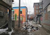 保定一小区垃圾堵住出行路 小区居民苦不堪言