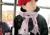 大连一公交车上老人拒不出示老年证还与司机起争执,小伙劝阻竟遭其连扇3耳光、狠捏下体